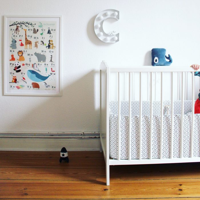 Kinderzimmer babybett weiß gitterbett babynestchen kinderzimmerdekoration
