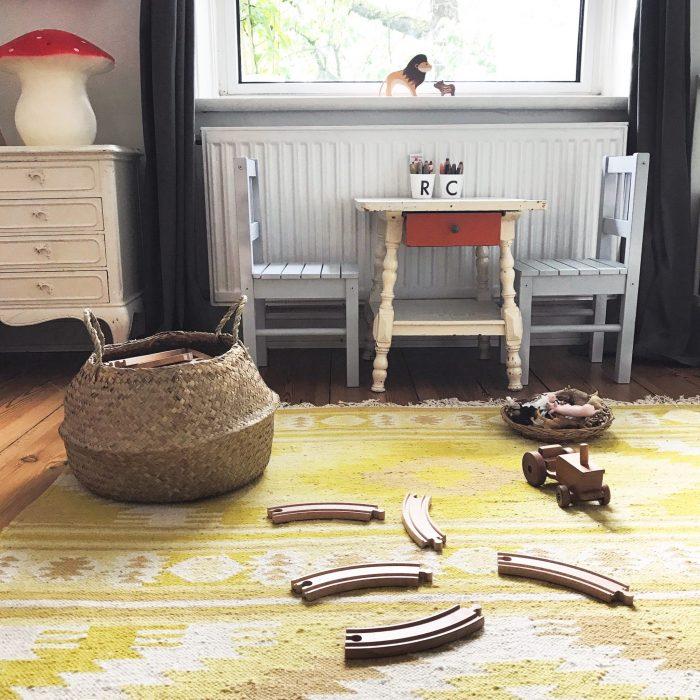 Kinderzimmer Tischchen Bastkorb Holzeisenbahn