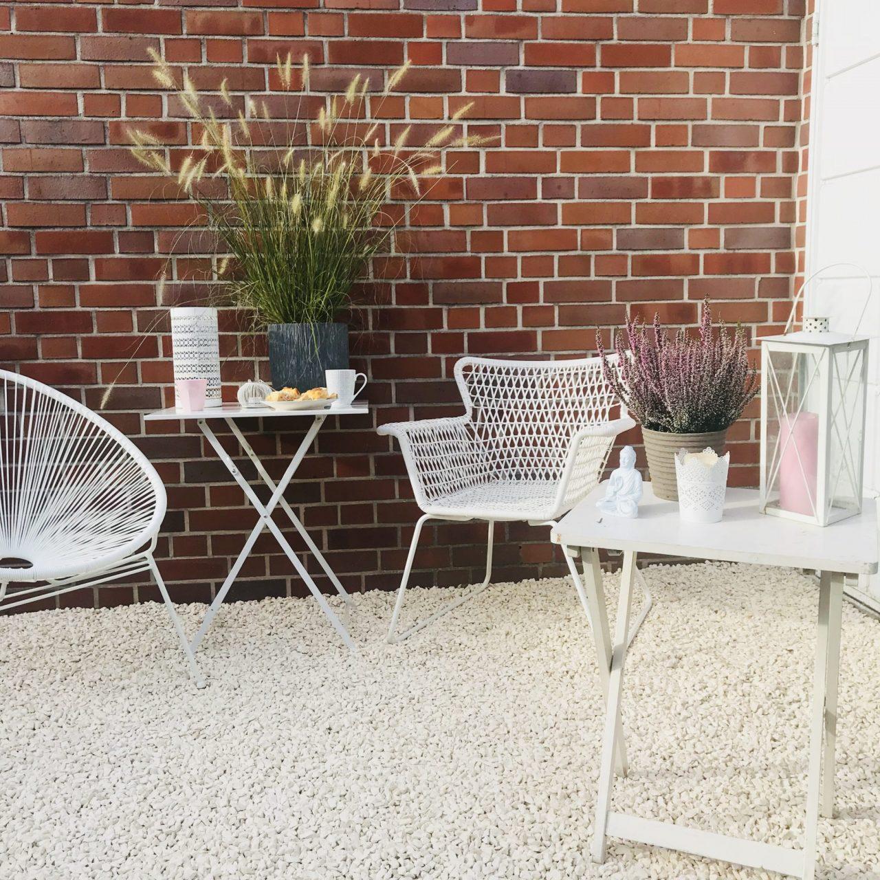 unsere garten lounge einfach angelegte kies terrasse chill out einrichtung sarahplusdrei. Black Bedroom Furniture Sets. Home Design Ideas